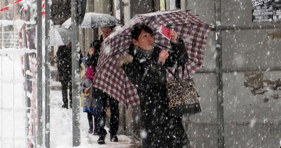 Intensywne opady śniegu na północy Włoch poważnie utrudniają ruch pociągów i samochodów. Na niektórych odcinkach dróg w Piemoncie, Ligurii i Emilii-Romanii wprowadzono zakaz ruchu ciężarówek. Pracownicy firm transportowych protestują.