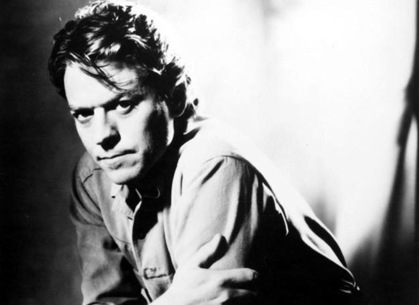 """Elegancki dżentelmen w towarzystwie piekielnie seksownych brunetek - teledysk """"Addicted to Love"""" to jeden z najbardziej charakterystycznych klipów lat 80. 26 września mija 15 lat od śmierci śpiewającego ten przebój Roberta Palmera."""