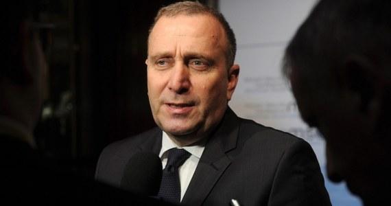 """Decyzja o odroczeniu przez UE wprowadzenia w życie nowych sankcji wizowych i finansowych w związku z konfliktem ukraińskim została podjęta na prośbę Ukrainy - poinformował szef polskiej dyplomacji Grzegorz Schetyna. """"To jest prośba ukraińska, żeby nie narzucać tych sankcji dzisiaj, natychmiast, ale by w sposób absolutnie jednoznaczny podjąć decyzję o sankcjach dzisiaj, a wprowadzić je w poniedziałek. Trudno było odmówić"""" – tłumaczył. """"Ukraińcy uważali, że taki gest ułatwi próby rozmów i być może da nową szansę"""" – dodał polski minister."""