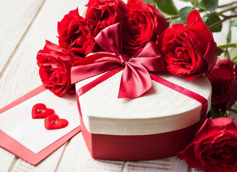 Amerykanie w tym roku wydadzą rekordowe sumy z okazji Walentynek. Według sondażu Krajowej Federacji Sprzedawców Detalicznych, mieszkańcy USA wydadzą prawie 19 miliardów dolarów. Statystyczny konsument na kwiaty, kartkę, słodycze, biżuterię oraz kolację wyda 142 dolary. Ponad 50% badanych postawi w tym roku na słodycze. Co piąty Amerykanin kupi swojej drugiej połówce biżuterię. 2 miliardy dolarów wydane zostanie na kwiaty. 35% ankietowanych wybierze się na romantyczną kolację poza domem. Aż 21% konsumentów deklaruje, że upominek kupi również dla swojego czworonoga.