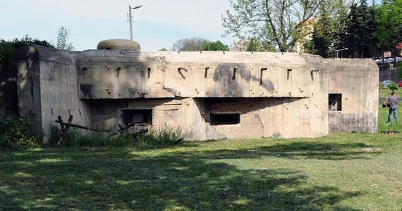 W Wielkiej Brytanii wystawiono na sprzedaż bunkier. Konstrukcja pochodzi z okresu zimnej wojny i kosztuje 75 tys. funtów, czyli w przeliczeniu około 380 tysięcy złotych. Betonowe pomieszczenie, znajdujące się pod ziemią  potrafi wytrzymać wybuch bomby atomowej. Przebywanie w nim w czasach pokoju może być jednak uciążliwe.
