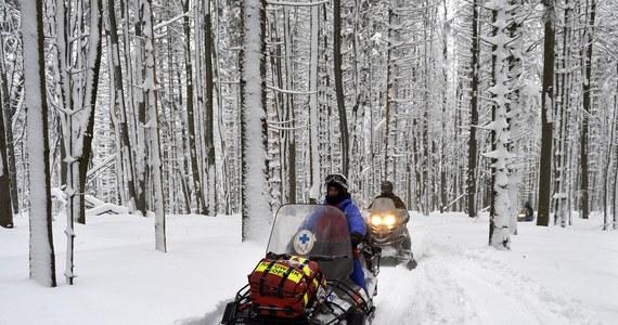 Ratownicy krynickiej grupy GOPR sprowadzali wieczorem 5 turystów, którzy zabłądzili w Beskidzie Sądeckim. Mimo ostrzeżeń gospodarza schroniska, grupa wyszła wieczorem z Hali Łabowskiej. Warunki były bardzo trudne, turyści zgubili szlak idąc we mgle i głębokim śniegu.