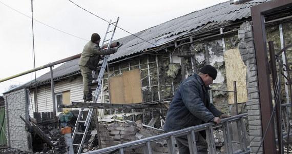 Mimo przyjętego w Mińsku planu pokojowego w ciągu ostatniej doby w walkach na wschodzie Ukrainy zginęło 8 ukraińskich żołnierzy, a 34 zostało rannych - informuje sztab w Kijowie. Prezentując w parlamencie wyniki mińskich rozmów, szef ukraińskiej dyplomacji Pawło Klimkin oświadczył, że data wycofania obcych wojsk z Donbasu wciąż jest ustalana.