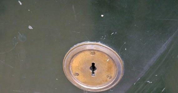 100-letni sejf z małopolskiej Bochni nie kryje już żadnej tajemnicy. Kasiarz-zawodowiec otworzył wszystkie skrytki kasy pancernej znajdującej się w budynku straży miejskiej. Do każdego zamka trzeba było dorobić nowy klucz.