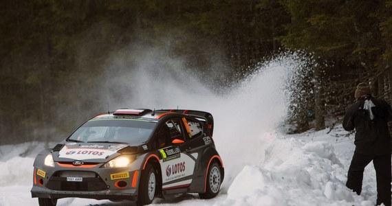Robert Kubica (Ford Fiesta WRC) z powodu awarii układu przeniesienia napędu, do jakiej doszło do siódmym odcinku specjalnym, w klasyfikacji generalnej 63. Rajdu Szwecji plasuje się w trzeciej dziesiątce. Liderem jest Norweg Andreas Mikkelsen (VW Polo WRC).
