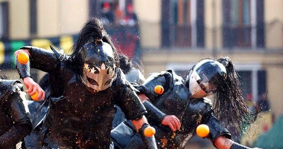Po raz pierwszy w tym roku w czasie karnawałowych batalii na pomarańcze w mieście Ivrea na północy Włoch ich uczestnicy obrzucają się wyłącznie cytrusami z upraw, które nie są kontrolowane przez mafię. Dostawcy pomarańczy przedstawili antymafijne certyfikaty.