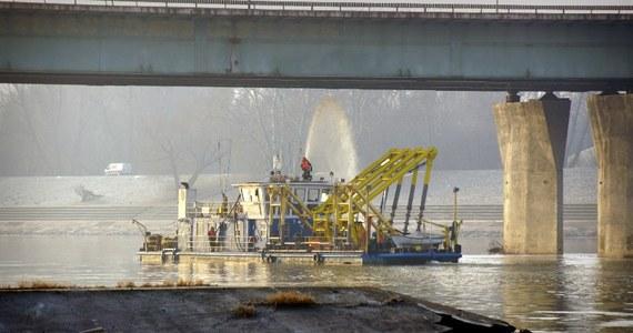 6 łącz światłowodowych dostarczających internet do Ministerstwa Obrony Narodowej spaliło się podczas pożaru Mostu Łazienkowskiego. Na ranem pożar przeprawy został opanowany. Wieczorem zapaliły się składowane pod mostem deski, później ogień objął podesty techniczne.