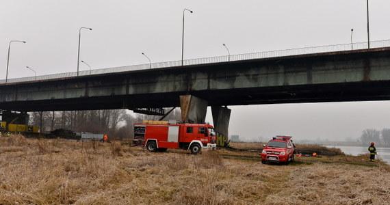 Całą noc strażacy walczyli z pożarem Mostu Łazienkowskiego w Warszawie. Nad ranem ogień udało się go ugasić - po 12 godzinach akcji. Ok. godz. 8 prace na moście rozpoczęli eksperci nadzoru budowlanego. Przeprawa jest zamknięta.