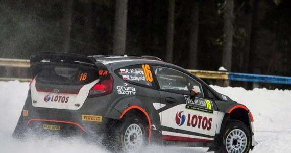 Francuz Sebastien Ogier wygrał Rajd Szwecji, zapewniając sobie sukces na ostatnim odcinku specjalnym. Robert Kubica zajął 20. miejsce. Dobrze spisujący się w poprzednich dniach Michał Sołowow nie ukończył rywalizacji.