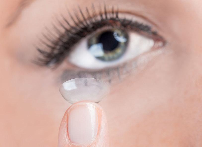 Oczy pełne blasku można kupić sobie za bagatela 18 tysięcy dolarów.Dr Chandrashekhar Chawan z Bombaju połączył optometrię z jubilerstwem. Wynalazca stworzył soczewki kontaktowe z płatkami 24-karatowego złota. Soczewki posiadają kilkanaście cząsteczek tego szlachetnego metalu. Pokrywa je specjalna powłoka oddzielająca błyskotkę od gałki ocznej. Czy złote oczy przyjmą się także w Europie?