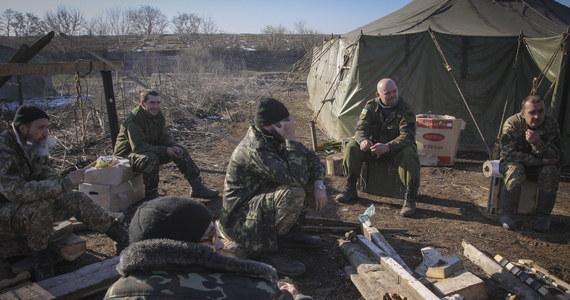 """112 razy od początku zawieszenia broni separatyści ostrzelali ukraińskie pozycje. Używali artylerii, czołgów i systemów rakietowych """"Grad"""" - informuje ukraiński sztab operacji antyterrorystycznej. Cały czas rebelianci atakują też miasto Debalcewe, gdzie w okrążeniu broni się kilka tysięcy ukraińskich żołnierzy."""
