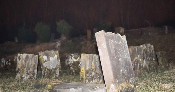 """Pięciu nastolatków zatrzymano w związku ze śledztwem w sprawie profanacji kilkuset grobów na cmentarzu żydowskim w Sarre-Union w Alzacji na wschodzie Francji. Wandale mają od 15 do 17 lat. """"Jeden z nich zgłosił w poniedziałek rano na policję i przyznał się, że dopuścił się tych czynów"""" - poinformował prokurator Philippe Vannier."""