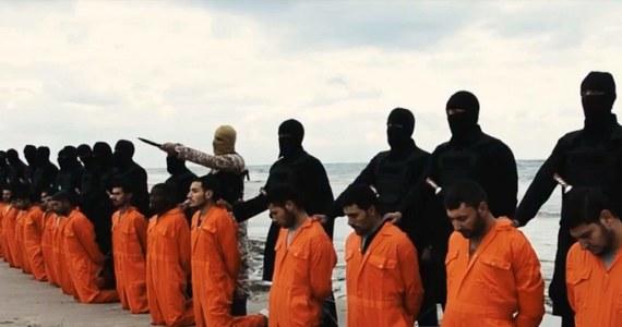 """Pewna całodobowa stacja informacyjna wyemitowała obszerny materiał poświęcony tzw. Państwu Islamskiemu i bojownikom z ISIS. Dużo w nim było o bestialstwie, finasowaniu wojny i fałszywej interpretacji Koranu. Dużo grozy i… ani słowa o genezie problemu. A jest bardzo prosta. Nie byłoby islamskiego kalifatu, gdyby nie wojna w Iraku. Nie byłoby obcinania głów, gdyby wcześniej nie tolerowano fanatyzmu religijnego w Arabii Saudyjskiej ( największym sojuszniku Zachodu). Wreszcie nie powstałby samozwańczy kalifat, gdyby nie wojna domowa w Syrii, pogłębiona ambiwalentnym stosunkiem """"cywilizowanego świata"""" wobec reżimu w Damaszku. W 2003 roku, nielegalna w oczach międzynarodowego prawa napaść na Irak podzieliła i zradykalizowała Arabów. Wycofanie się z tego kraju wojsk amerykańskich stworzyło próżnię, którą wypełniła armia spod czarnej flagi. Bojownicy ISIS maja swoich politycznych ojczymów pod naszą szerokością geograficzną, a cała ta historia to ciąg przyczynowo-skutkowy."""
