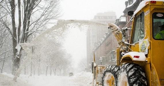 Rekordowo niskie temperatury utrzymują się we wschodnich rejonach USA podczas gdy burze śnieżne gnębią stany Środkowego Zachodu. Śnieżny front przesuwa się w kierunku stanów północno wschodnich.
