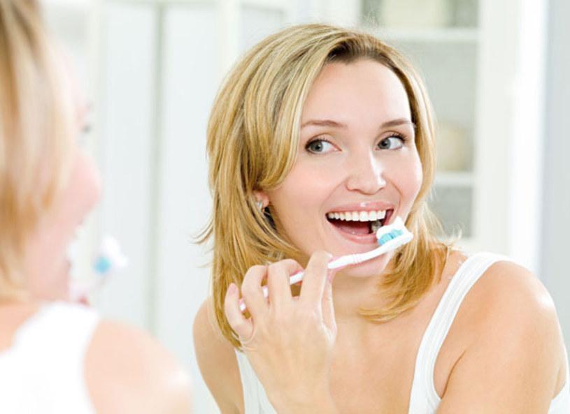 Małżeństwo stomatologów, Dorota i Przemysław Stankowscy, opowiedzieli o tym jak zadbać o piękny uśmiech. Czy Polacy właściwie myją zęby? Jakie błędy najczęściej popełniają? Co jest najważniejsze w dbaniu o nasz uśmiech i jaką szczoteczkę wybrać? Te i inne tematy, związane z jednym z najważniejszych atrybutów wyglądu, omawiali wraz z prowadzącymi.