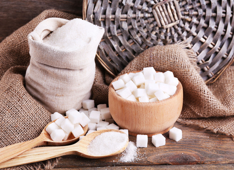 Nazywamy go białą śmiercią i zazwyczaj ciężko się nam z nim rozstać. Mowa oczywiście o cukrze. Dietetyczka Joanna Neuhoff-Murawska odpowiedziała na frapujące cię pytania. Dlaczego powinniśmy wyeliminować cukier? Jak to zrobić? A przede wszystkim, dlaczego tak bardzo lubimy słodkie rzeczy? Na te tematy dyskutowała z prowadzącymi. - To nie cukier uzależnia, tylko smak słodki - przyznała. Dlaczego produkty kierowane do dzieci najczęściej są najsłodsze?