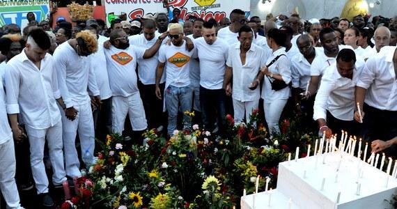 Podczas parady karnawałowej w stolicy Haiti, Port-au-Prince, 16 osób zostało śmiertelnie porażonych prądem; 78 osób, w tym wiele dzieci, jest rannych. Premier ogłosił żałobę narodową i poinformował, że dalsze imprezy karnawałowe odwołano. Wcześniej informowano o 18 ofiarach śmiertelnych i 60 rannych.