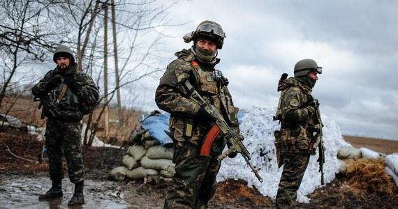 """Debalcewe przechodzi w ręce prorosyjskich separatystów. Jak poinformował prezydent Ukrainy Petro Poroszenko, 80 procent sił rządowych wycofało się już z miasta, a kolejne oddziały mają je wkrótce opuścić. Według Poroszenki, operacja wycofania wojsk była """"zaplanowana"""" i """"zorganizowana"""". Deputowany do parlamentu Ukrainy, a jednocześnie dowódca ochotniczego batalionu Donbas Semen Semenczenko twierdzi, że jedna z wycofujących się wojskowych kolumn została """"rozniesiona"""" przez czołgi separatystów. Nie podając szczegółów Semenczenko mówi o zabitych i rannych."""