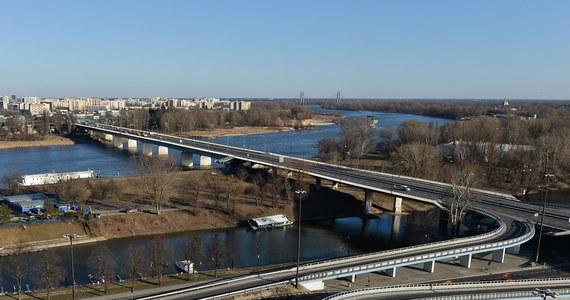 Wbrew zapowiedziom władz Warszawy w tym tygodniu nie powinniśmy spodziewać się ekspertyzy ws. mostu Łazienkowskiego. A bez tego dokumentu nie dowiemy się, jak długo przeprawa będzie zamknięta i ile będzie kosztowała jej naprawa. Opóźnienie wynika m.in. z tego, że poszerzył się zakres oględzin.