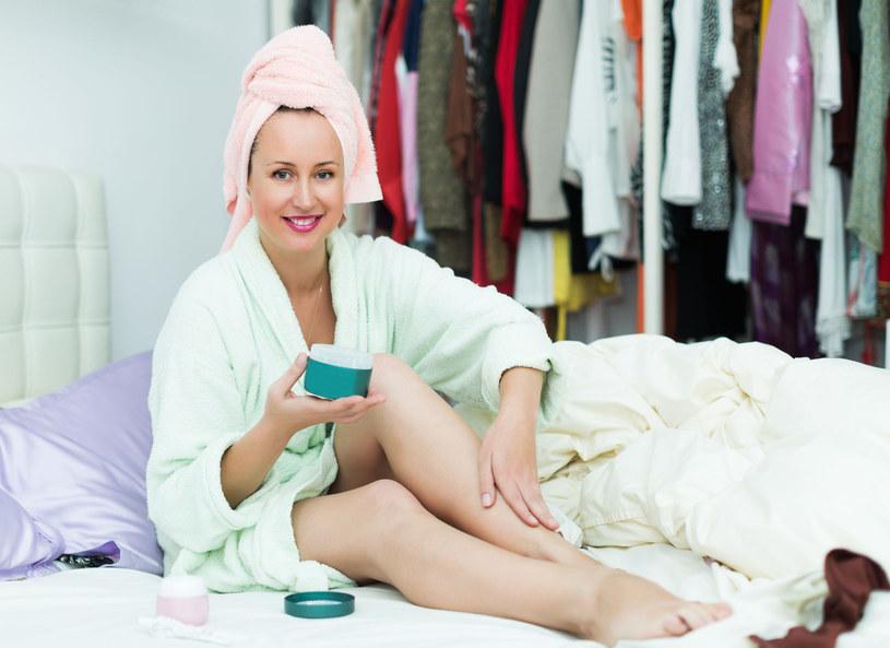 Pielęgnacja ciała jest ważna, zwłaszcza w zimne dni. Jak dbać o naszą skórę w domowy sposób? Często produkty, które znajdują się na półkach sklepowych zawierają śladowe ilości potrzebnych do odżywienia naszej skóry składników. Dzięki radom Pauliny Stępień, która pokazała w jaki w sposób przygotować domowe masło do ciała lub balsam do ust, możemy być pewni, że dostarczymy naszej skórze najlepszych składników odżywczych.