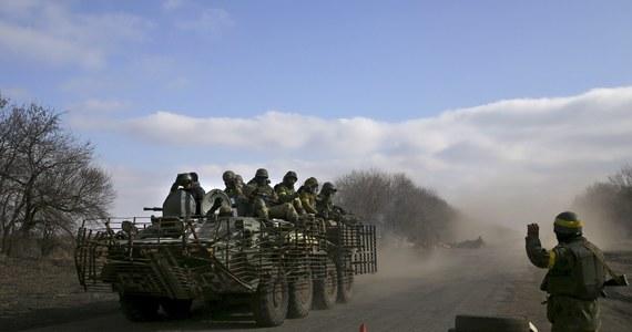 """Granicę Ukrainy przekroczył w piątek kolejny rosyjski konwój; nie uprzedzono o nim wcześniej, a obserwatorzy OBWE dowiedzieli się o nim dopiero wtedy, gdy przybył na przejście graniczne - podała OBWE. Na pojazdach jest napis """"pomoc humanitarna""""."""