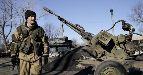 """Szef MSZ Niemiec Frank-Walter Steinmeier powiedział, że dostrzega na Ukrainie """"oznaki odprężenia"""". Podczas wizyty w Kenii Steinmeier wskazał na najnowsze informacje przekazane przez Organizację Bezpieczeństwa i Współpracy w Europie (OBWE), z których wynika, że na wschodzie Ukrainy dochodzi co prawda do """"wzajemnego ostrzału"""", lecz równocześnie toczą się rozmowy o wycofaniu ciężkiej broni."""