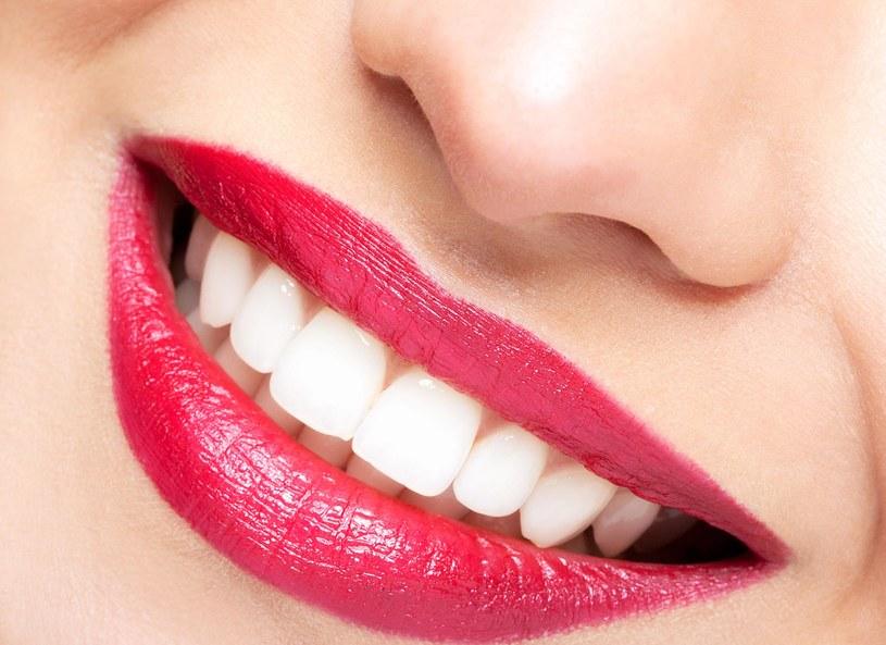 Ostry ból podczas picia herbaty, jedzenia lodów czy oddychania zimnym powietrzem to typowy objaw nadwrażliwości zębów. Dolegliwość ta dotyczy aż 35 proc. Polaków i może być wynikiem jedzenia nadmiernej ilości produktów kwaśnych, nawykowego zaciskania zębów czy zbyt mocnego szczotkowania, które niszczy szkliwo. Aby zapobiegać nadwrażliwości, należy stosować specjalistyczne pasty i myć zęby wyłącznie miękką szczoteczką.