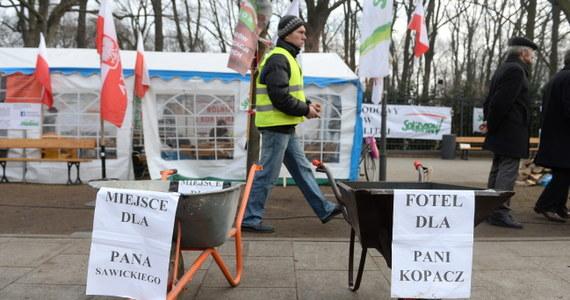 OPZZ Rolników i Organizacji Rolniczych wznowi w środę blokowanie dróg i wprowadzi dotkliwą formę protestu – zapowiedział lider protestów, Sławomir Izdebski. Związkowcy będą zbierać też podpisy pod petycją o odwołanie ministra rolnictwa.