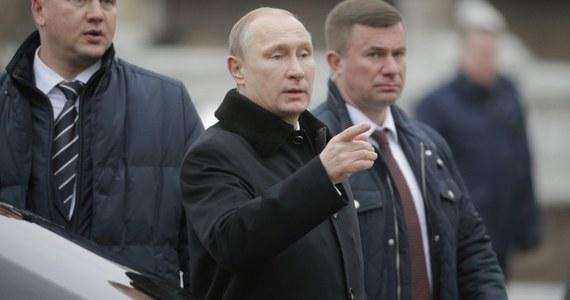 Rosyjscy parlamentarzyści chcą, by prezydent  Władimir Putin obciął ich wynagrodzenia o 10 procent . Politycy twierdzą, że chcą zarabiać mniej z powodu kryzysu, który szaleje w Rosji. Najbardziej radykalni chcą pomniejszenia wypłat nawet o jedną trzecią.