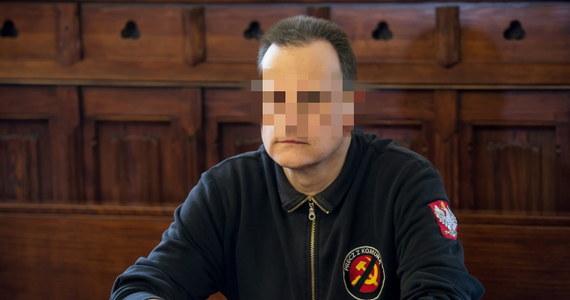 """Na sześć miesięcy ograniczenia wolności i prace społeczne został skazany Roman Z., autor książki """"Jak pokochałem Adolfa Hitlera"""". Wrocławski sąd uznał, że mężczyzna nawołuje do nienawiści rasowej i narodowościowej. Wyrok nie jest prawomocny."""