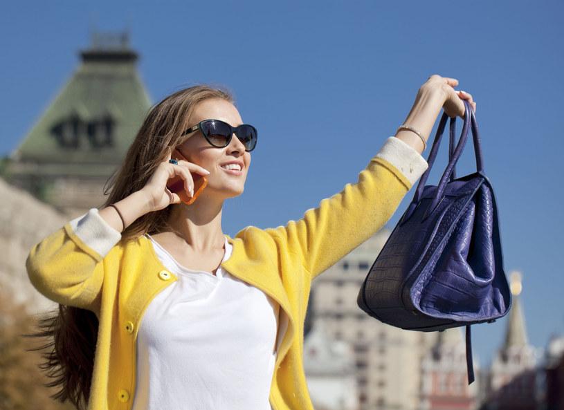 Stylista Adam Chowański zaprezentował najmodniejsze torebki na sezon wiosenny. - Będzie bardzo kolorowo i kwitnąco. Tej wiosny zapowiada się ciekawie, przeżywamy powrót do retro, do lat 60. i 70. Obowiązują frędzle, styl boho, taki hipisowski - wytłumaczył. Stylista zdradził również, że modne będą torebki w kształcie kuferka oraz plecaki.