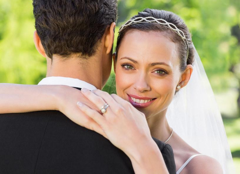 Przez ostatnie 5 lat liczba ślubów spadała, aż w końcu w 2014 roku zaobserwowano boom na zawieranie małżeństw. Przypadek czy tendencja? O tym, z jakich powodów ludzie decydują się na małżeństwo, rozmawiali Izabela Janachowska, Marta Szulawiak-Turska i Dariusz Kordek.