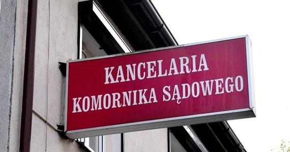 """Egzekutorzy długów wymknęli się spod kontroli. Stali się biznesmenami bezkarnie łamiącymi przepisy. Posłanka Lidia Staroń (PO) chce więc zmienić ustawę - podaje piątkowy """"Dziennik Polski""""."""