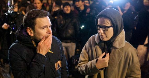 """Kanclerz Niemiec Angela Merkel jest wstrząśnięta zamordowaniem rosyjskiego polityka opozycji Borysa Niemcowa. Szefowa rządu wezwała prezydenta Władimira Putina do wyjaśnienia okoliczności morderstwa i ukarania winnych - oświadczył jej rzecznik. Zabójstwo jednego z liderów rosyjskiej opozycji nazwał """"morderstwem popełnionym z zasadzki""""."""