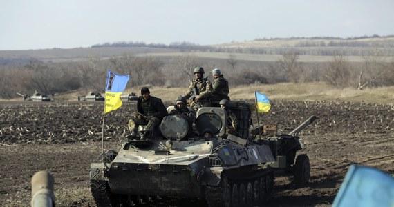 """Podczas ostrzału artyleryjskiego w pobliżu miejscowości Pieski na wschodzie Ukrainy zginął ukraiński dziennikarz. Gazeta """"Segodnia"""" poinformowała online, że był to jej fotoreporter Serhij Nikołajew."""
