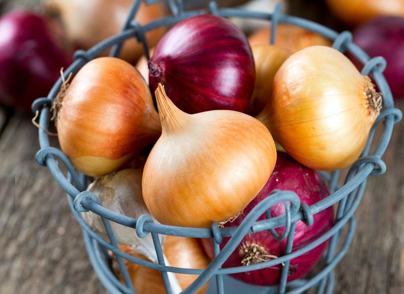 Szef kuchni Artur Moros zdradził, dlaczego o tej porze roku lepiej sięgnąć po cebulę niż pomidora. - Ma dużo witaminy C, cebula w polskiej kuchni jest element nieodłącznym - powiedział kucharz.