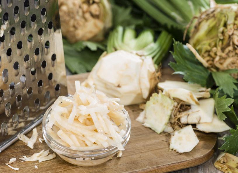 Z pomocą dietetyk Anny Jelonek oraz kucharza Andrzeja Polana, aktorka Katarzyna Glinka wyjaśniła, dlaczego ważne jest, aby w codziennej diecie uwzględniać warzywa i owoce. - O zdrowie należy dbać cały rok, ale zimą trzeba się do tego szczególnie przygotować - powiedziała Glinka. - Zimą spada nasza odporność, więc powinniśmy zadbać o zapotrzebowanie na witaminy i składniki mineralne - wyjaśniła Jelonek. - Świeże warzywa i owoce powinny stanowić pięć porcji pożywienia w ciągu dnia i być przede wszystkim sezonowe - dodała.