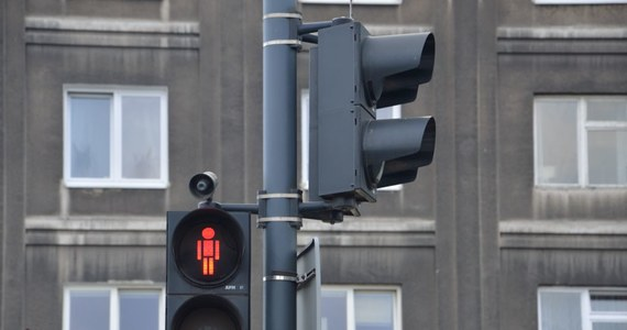 Sąd Okręgowy w Kielcach utrzymał wyrok 10 lat więzienia dla 34-letniego mężczyzny, który śmiertelnie potrącił dwie kobiety i uciekł z miejsca wypadku. Kielczanin ma również dożywotni zakaz prowadzania pojazdów. Wyrok jest prawomocny. Sąd odwoławczy utrzymał też w mocy wyrok wobec 37-letniego kolegi kierowcy - oskarżonego o utrudnianie śledztwa - skazanego przez sąd pierwszej instancji na rok więzienia.