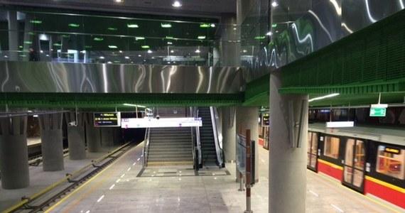 Warszawski ratusz skompletował wszystkie dokumenty dotyczące II linii metra - poinformowała na Twitterze prezydent Hanna Gronkiewicz-Waltz. A to oznacza, że najprawdopodobniej mieszkańcy stolicy pojadą nowym odcinkiem podziemnej kolejki w niedzielę rano! Oddany fragment drugiej linii metra - o długości ponad 6 km - łączy lewo- i prawobrzeżną Warszawę. Ma siedem stacji.