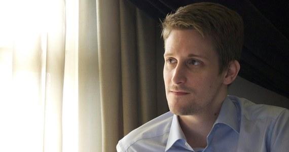 """Edward Snowden, ścigany przez władze USA za ujawnienie tajnych informacji o praktykach amerykańskiego wywiadu oświadczył, że bardzo chciałby uzyskać azyl w Szwajcarii. """"Z Genewą wiążą się niektóre moje najlepsze wspomnienia"""" - stwierdził były współpracownik amerykańskiej Agencji Bezpieczeństwa Narodowego, który w Genewie pracował dla CIA. """"Szwajcaria byłaby też świetnym wyborem pod względem politycznym, bo jest neutralna"""" - dodał."""
