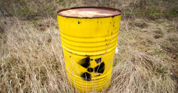 Wielkopolska policja bada sprawę zaginięcia pojemników z promieniotwórczym izotopem kobaltu. Eksperci uspokajają, że nie stanowią one zagrożenia dla ludzi, dopóki pozostają zamknięte.