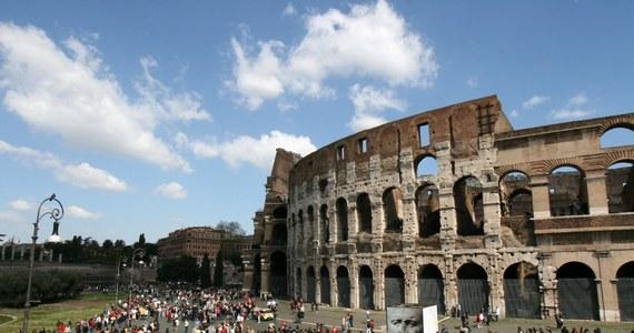 Plaga wandalizmu w rzymskim Koloseum. Karabinierzy zatrzymali dwie młode amerykańskie turystki, które na murze wyryły monetą swoje inicjały. To już kolejny tego typu przypadek w ostatnim czasie.