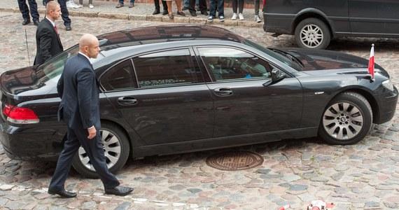 """""""Polscy urzędnicy dysponują ok. 4,5 tysiącami samochodów. Kosztują one rocznie około 90 mln złotych"""" – pisze """"Rzeczpospolita"""", powołując się na badania Fundacji Republikańskiej."""