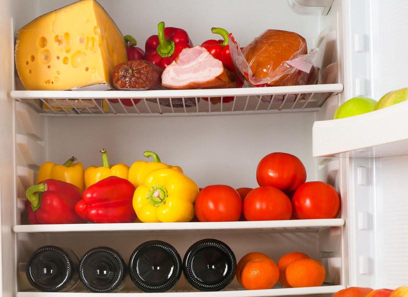 Jak prawidłowo zagospodarować przestrzeń w swojej lodówce? Okazuje się, że sprawa nie jest jest taka prosta i produkty należy rozmieszczać adekwatnie do poziomu temperatury na półkach. A czego nie powinniśmy trzymać w chłodni?