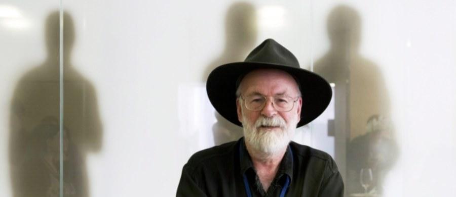 """W księgarniach Wielkiej Brytanii i pozostałych państw Wspólnoty Brytyjskiej pojawiła się nowa powieść Terry'ego Pratchetta. """"Shepherd's Crown"""", to ostatnia pozycja z popularnego cyklu fantasy """"Świat Dysku"""". Pisarz zmarł w marcu po długiej walce z chorobą."""