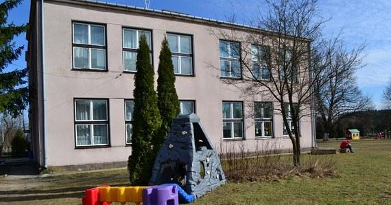 Po naszych informacjach mazowieckie kuratorium oświaty przyjrzy się sprawie Społecznej Szkoły Podstawowej w Lipinach obok Mińska Mazowieckiego. 50 dzieci, 10 lat aktywnej działalności i widmo rychłej likwidacji - to rzeczywistość, w której żyją uczniowie i nauczyciele. Gmina wypowiedziała umowę użyczenia budynku placówce, która w wyjątkowy i indywidualny sposób zajmuje się uczniami: również niepełnosprawnymi.