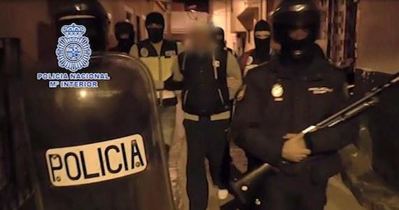 Hiszpańska policja zatrzymała ośmiu domniemanych islamskich bojowników, którzy planowali ataki w Hiszpanii i rekrutowali bojowników, by wysyłać ich na wojnę do Syrii i Iraku. Informację przekazało hiszpańskie MSW.