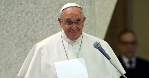 Papież zdradził meksykańskiej telewizji, że brakuje mu swobody poruszania się. Chciałby na przykład nierozpoznany przez nikogo pójść do pizzerii - wyznał w wywiadzie w drugą rocznicę swojego wyboru.