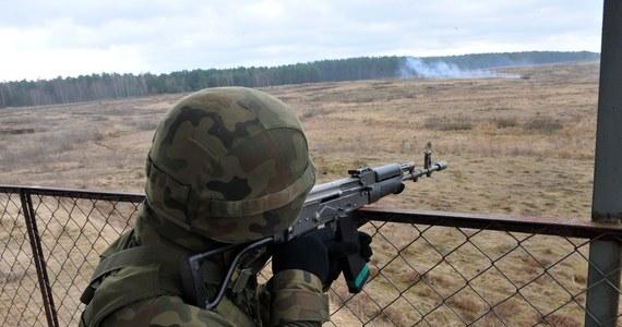 """Na Ukrainę patrzymy jak na inny świat, na tamtejszą wojnę, jak na coś co nas nie dotyczy. Chociaż badania opinii publicznej wskazują, że po latach błogiego spokoju, spora część Polaków uznaje wojnę za niewykluczony scenariusz w przyszłości, na razie czujemy się bezpieczni. Mówimy sobie: jesteśmy przecież częścią zachodniego świata, NATO gwarantuje spokój. Jak polskie obawy wyglądają z perspektywy Nowego Jorku można się przekonać czytając właśnie opublikowany w """"New York Timesie"""" artykuł o Polsce """"szykującej się do bitwy""""."""