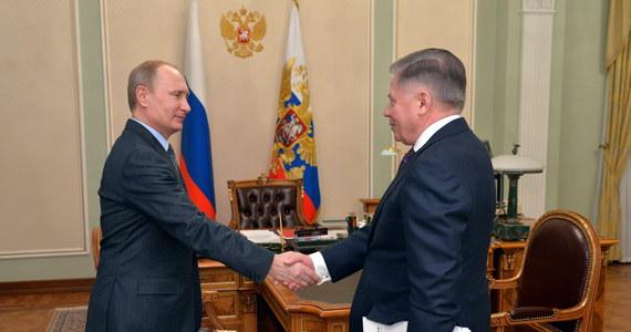Dziennikarze proszeni są o nieopuszczanie Moskwy - Kreml przygotowuje się do wydania ważnej wiadomości - taka tajemnicza informacja znalazła się na portalu vlasti.net. Nie wiadomo, czy chodzi o wydanie komunikatu, czy może wyznaczenie spotkania z dziennikarzami. A jeśli tak - to czy będzie na nim Władimir Putin? Prezydent Rosji od 5 marca nie pojawia się publicznie. Kreml robi wszystko, żeby obalić wszystkie krążące w światowych mediach spekulacje dotyczące tego, co jest tego powodem.
